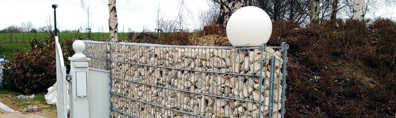 Errichtung von Zäunen aller Art, der Aufbau und Einbau von Toren und Türen.